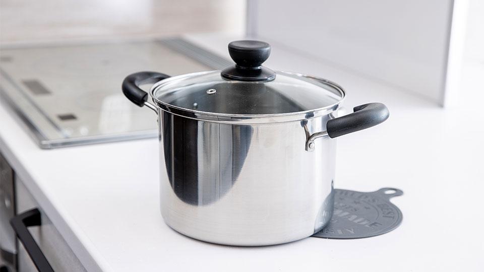 180℃の油が入った鍋を置いてもほとんど変色しません。